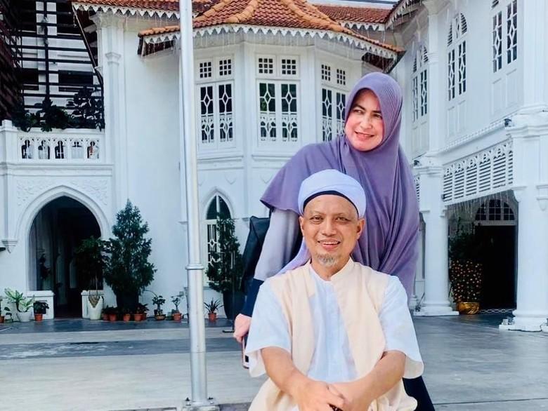 Foto: Ustaz Arifin Ilham ditemani istri (Instagram @yuni_syahla_aceh)