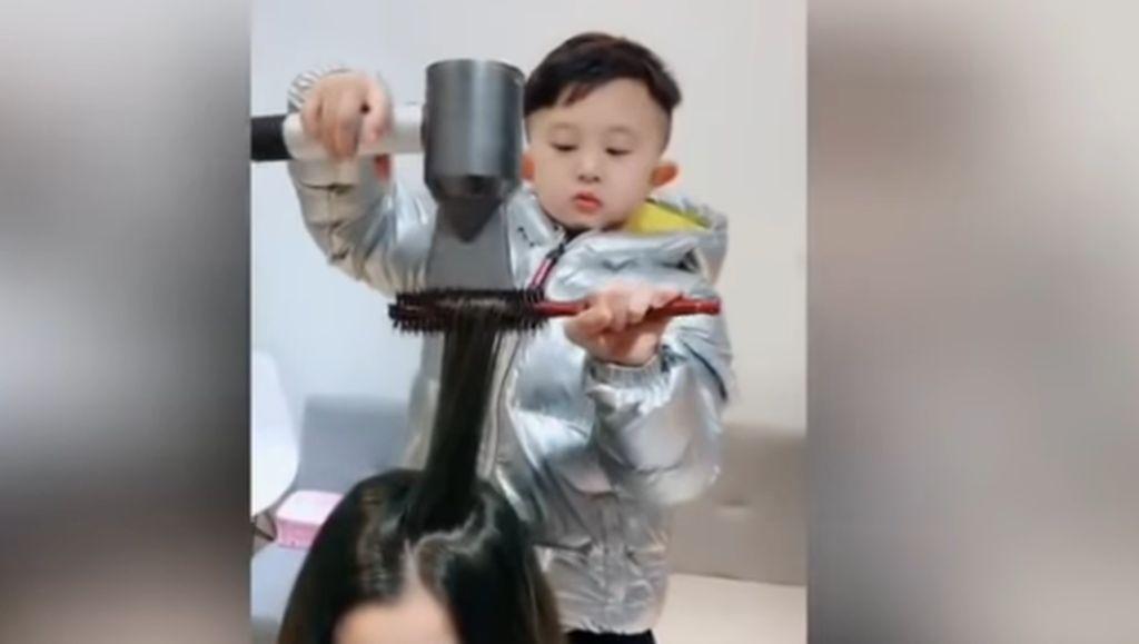 Hairstylist Paling Imut, Usia 6 Tahun Sudah Jago Potong Rambut