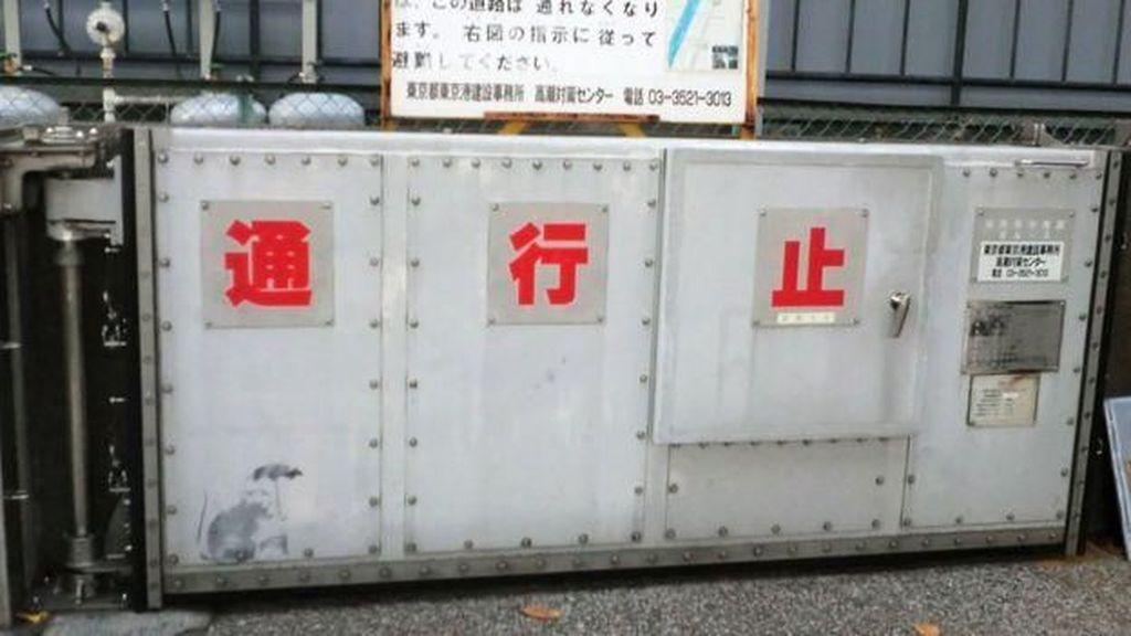 Grafiti Bergambar Payung Tikus Ditemukan di Tokyo, Apa Karya Banksy?