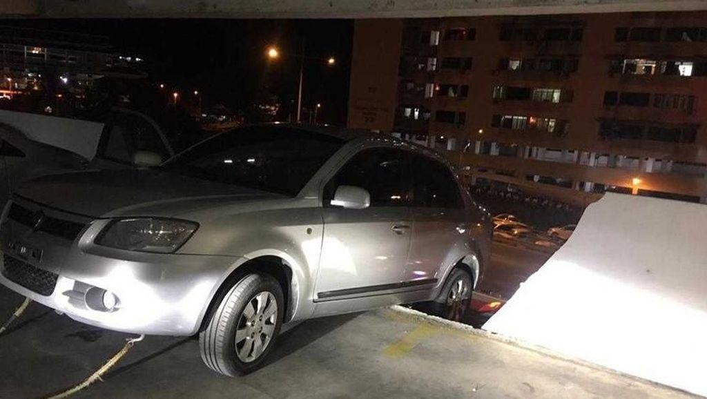 Salah Masuk Gigi Mundur, Mobil Ini Hampir Terjun dari Lantai Dua