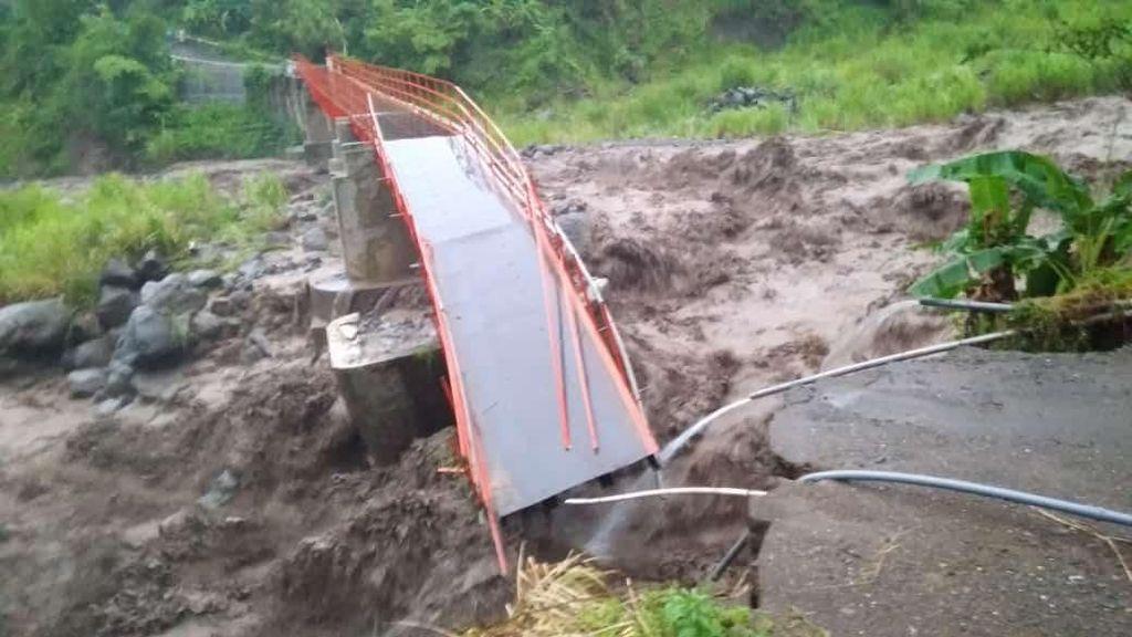 Tergerus Arus Sungai, Jembatan Plompong Brebes Ambruk