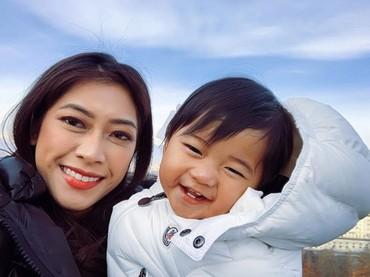 Senyum manis nan imut Baby Gaia. Mirip sama Bunda Aliya ya, Bun? (Foto: Instagram/ @ruby_26)
