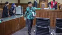 Jaksa juga meminta agar hakim mencabut hak politik Amin untuk memilih dan dipilih publik selama lima tahun setelah menjalani pidana. Terkait hal yang memberatkan Amin disebut berbelit-belit dan tidak mengakui perbuatannya, sedangkan hal yang meringankan adalah sopan selama di persidangan.
