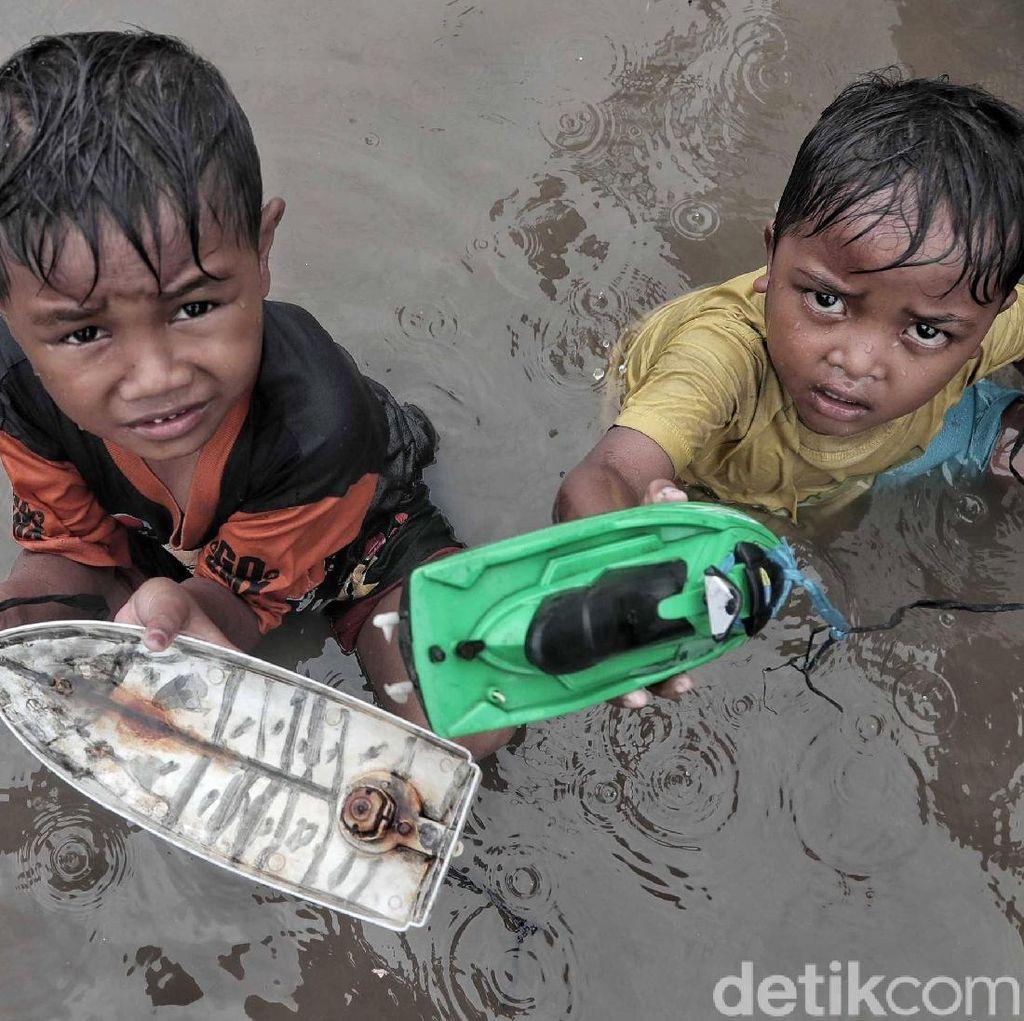 Banjir Rob, Anak-anak Tidak Peduli yang Penting Senang