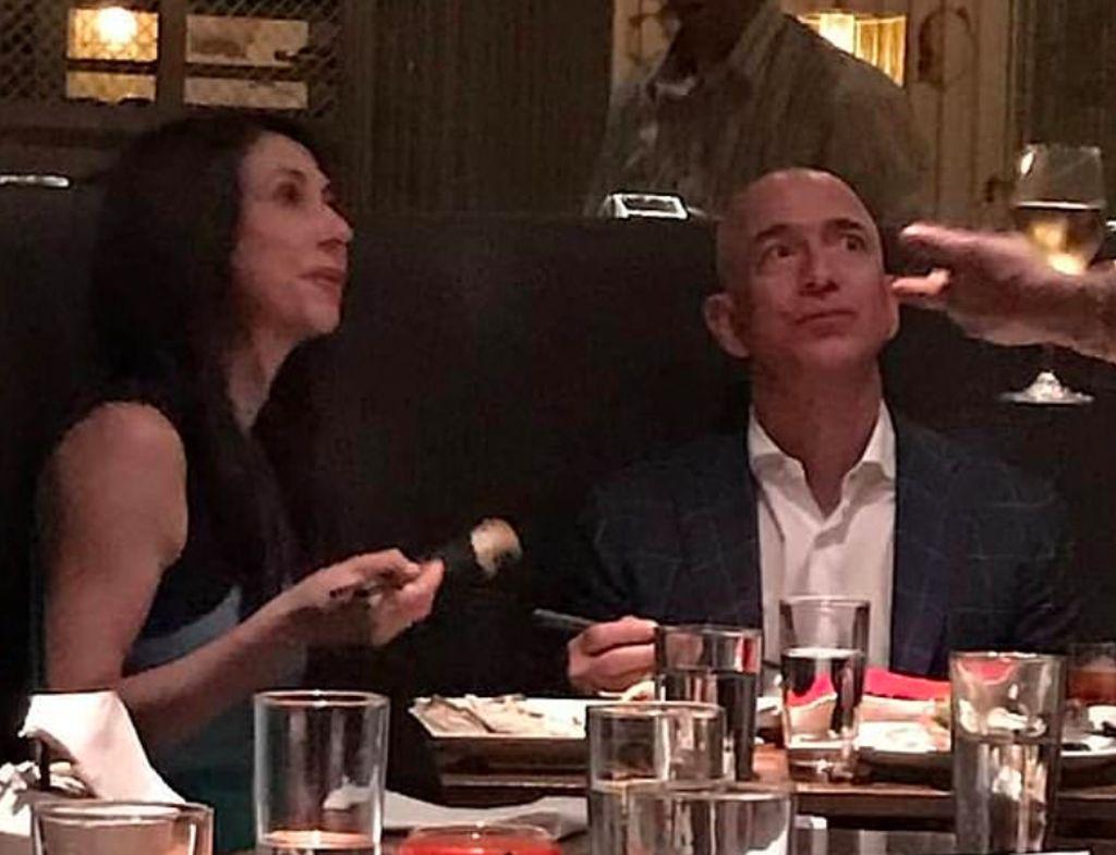 Foto yang dijepret paparazzi dan didapatkan media Daily Mail ini diklaim sebagai makan malam terakhir Jeff Bezos dan istrinya, MacKenzie, beberapa saat sebelum mengumumkan perceraian mereka. Foto:Daily Mail