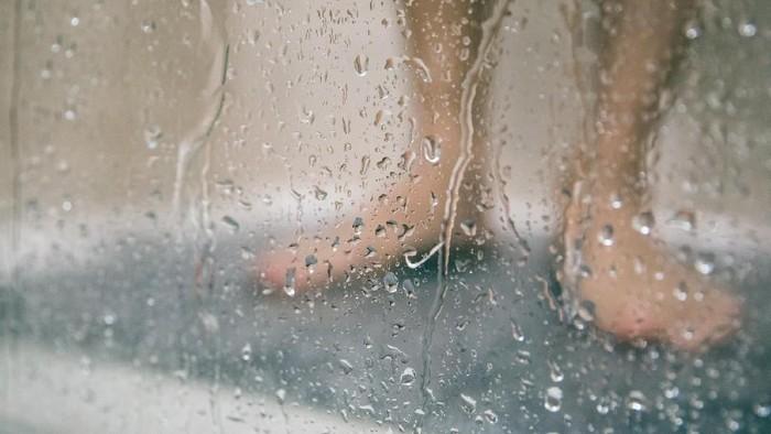 Pagi hari bukan waktu terbaik untuk mandi (Foto: iStock)