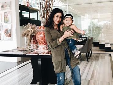 So cute! Saat Bunda Aliya dan Baby Gaia pakai baju dengan nuansa senada. Kompak! (Foto: Instagram/ @ruby_26)