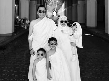 Personel lengkap saat beribadah umrah bersama Ayah Ibas, Bunda Aliya, Airlangga, Sakti, dan si bungsu Gaia. (Foto: Instagram/ @ruby_26)