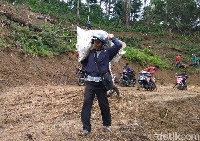 Harga kebutuhan pokok di Desa Lawen, Pasegeran, Pingitlor dan Pringamba yang berada di Kecamatan Pandanarum, Banjarnegara mulai merangkak naik. Hal ini disebabkan akses utama menuju ke desa tersebut putus karena tanah longsor.
