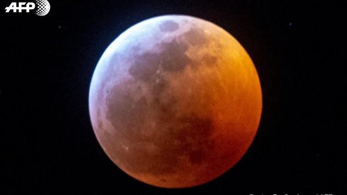 Super Blood Wolf Moon yang tampak di langit Amerika Serikat. Foto: Gaston De Cardenas/AFP via Twitter/AFP