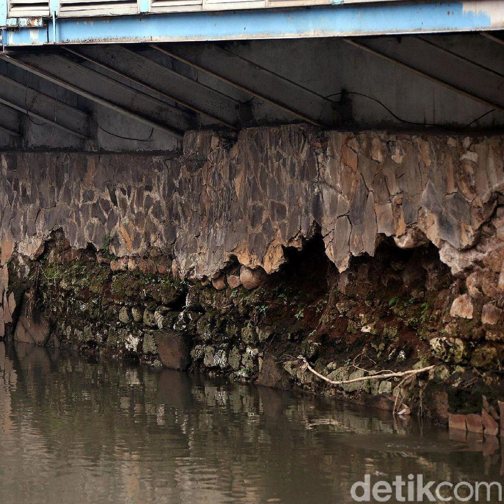 Ngeri! Dinding Kali di Bawah Halte TransJ Olimo Keropos dan Berlubang