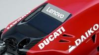 Kini tak ada lagi kombinasi warna merah, putih, dan abu-abu di motor seperti tahun lalu. Warna merah digunakan secara menyeluruh, kecuali pada tulisan iklan dan sponsor (www.ducati.com)