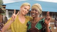 Sama seperti Jolie, ia juga menjadi salah satu selebriti yang sangat perhatian dengan masalah sosial di negara lainnya, seperti di foto tersebut saat dirinya berada di Kongo.Dok. Instagram/charlizeafrica