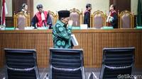 Amin meninggalkan Pengadilan Tipikor usai mengikuti sidang dengan agenda tuntutan.