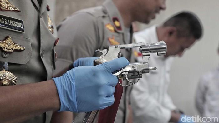 Satuan Reskrim Polres Pelabuhan Tanjung Priok membongkar lapak jual-beli air gun ilegal via medsos. Para pelaku dan barang bukti ditunjukkan.
