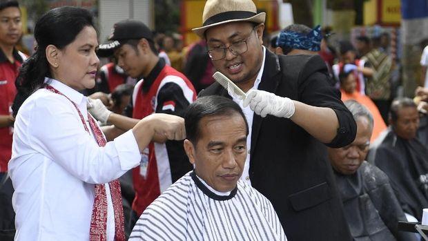 Herman saat cukur rambut Jokowi di Garut /