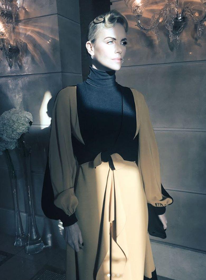Aktris yang kerap menjadi cover majalah fashion itu ternyata punya kemiripan dengan Angelina Jolie. Dok. Instagram/charlizeafrica