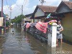 Banjir di Sidoarjo Mulai Surut, Warga Mulai Bersih-bersih Rumahnya