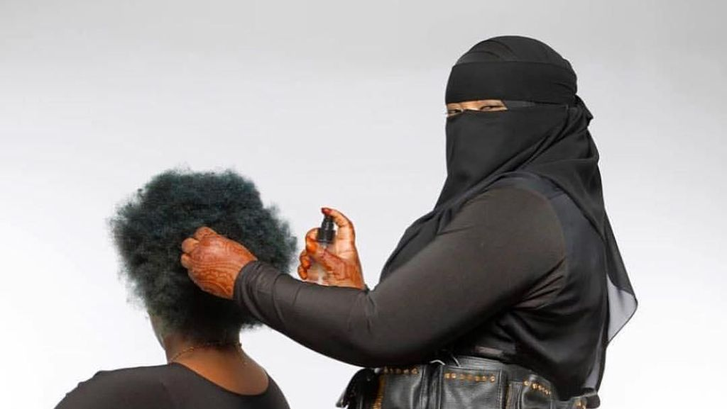 Jarang Ditemui, Seperti Inilah Jika Wanita Bercadar Jadi Ahli Potong Rambut