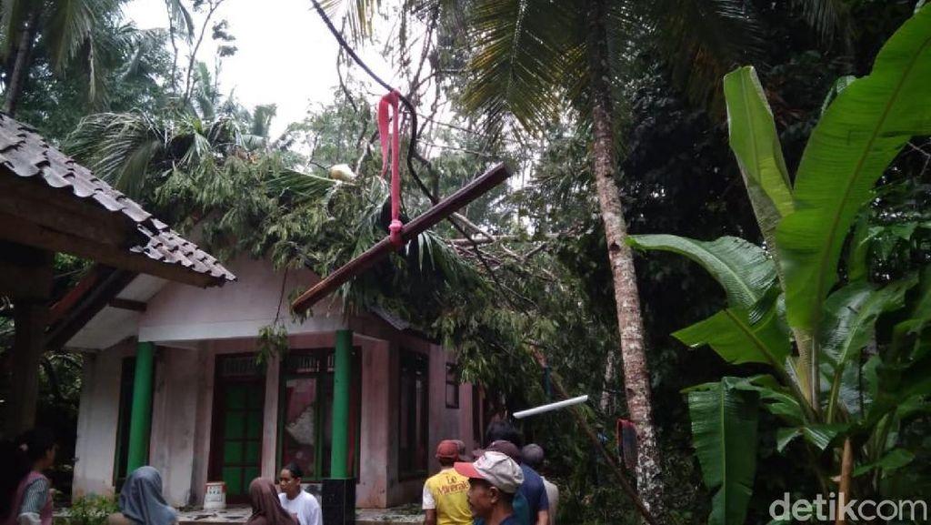 Angin Kencang Rusak Atap Sejumlah Rumah di Ciamis