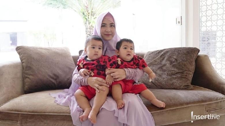 April Jasmine bersama dua anak kembarnya/ Foto: Marianus Harmita