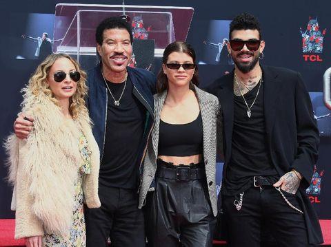 Lionel Richie bersama tiga anaknya, Nicole, Sofia, dan Miles. Miles ditangkap polisi bandra Heathrow London karena berita hoax membawa bom ke pesawat.