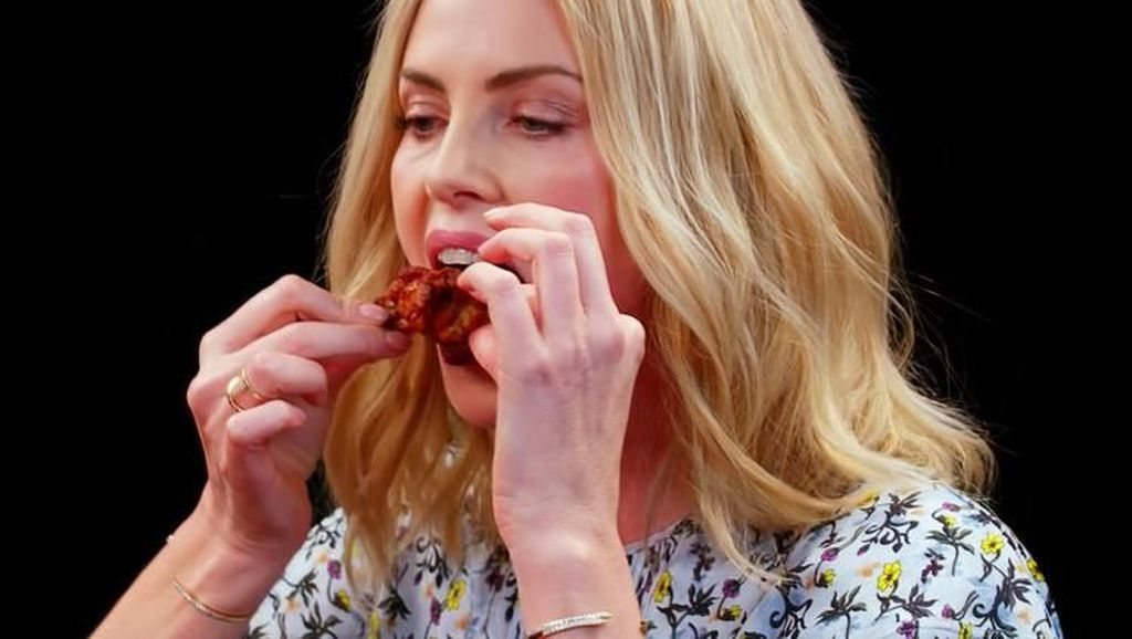 Charlize Theron yang Tengah Dekat dengan Brad Pitt Ternyata Doyan Chicken Wings