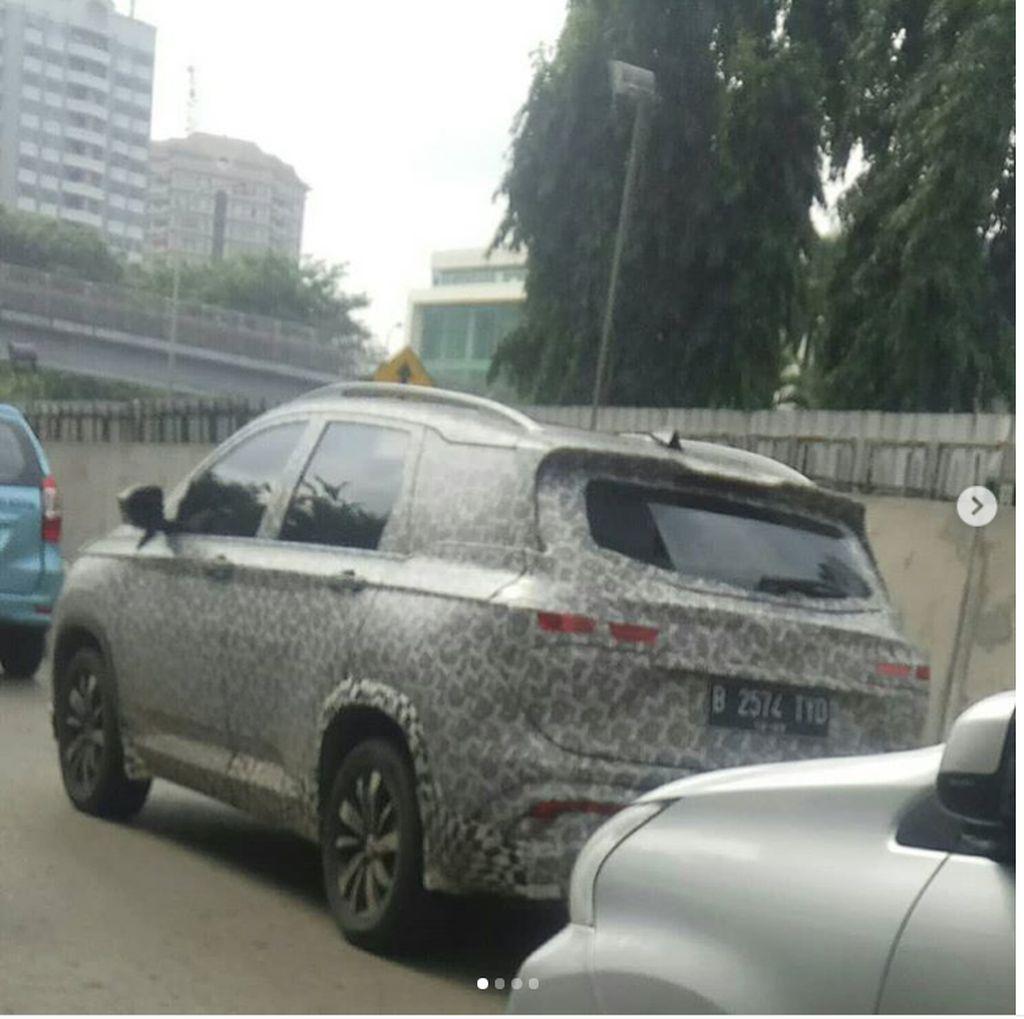 SUV Wuling Almaz Lagi Jalan-jalan di Jakarta