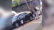 Balita AS Berjalan ke Polisi Sambil Angkat Tangan Saat Ayah Ditangkap