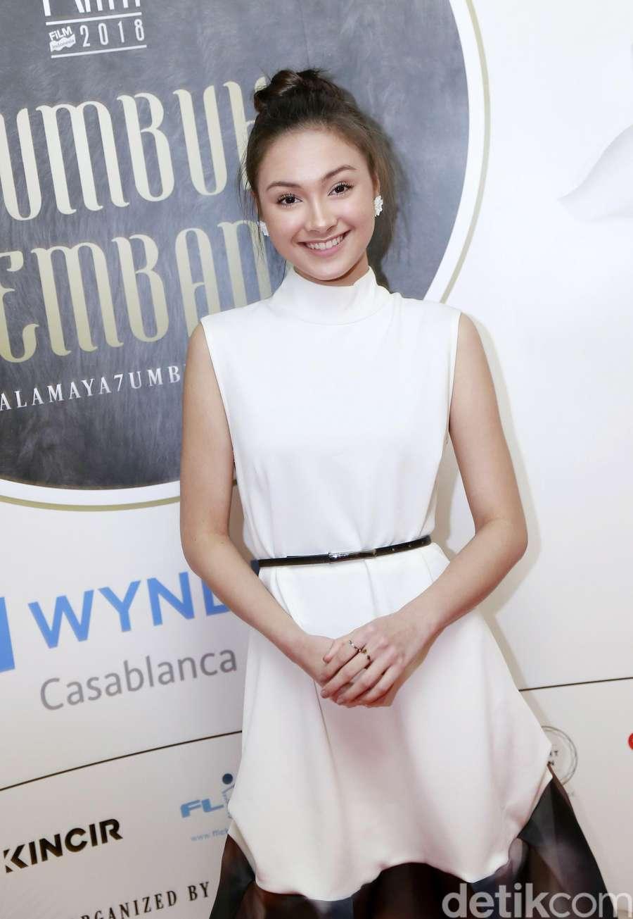 Pesona Caitlin Halderman dengan Dress Putih