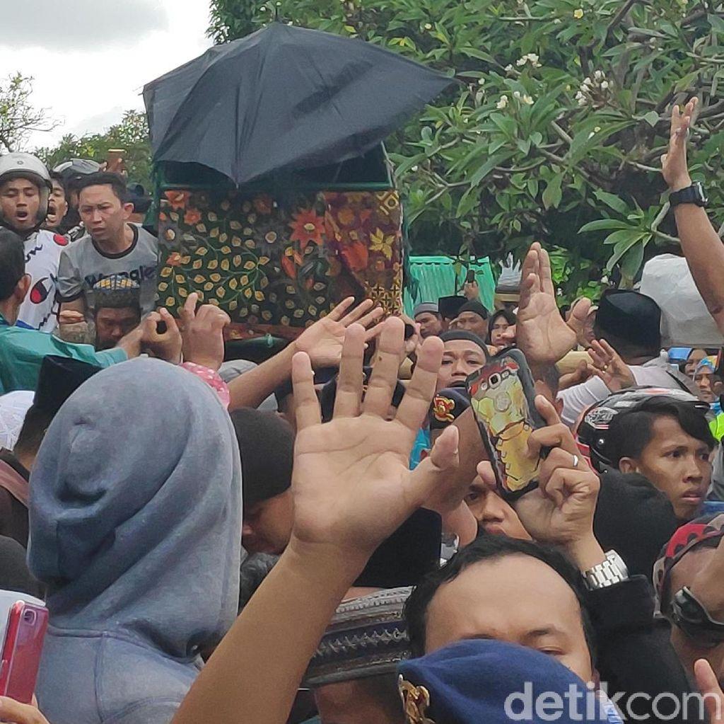 Ribuan Orang Antar Jenazah Istri Ustad Maulana ke Pemakaman