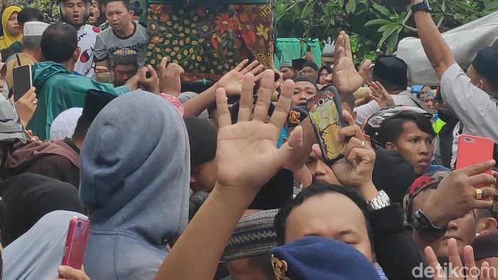 Istri dari Ustadz Maulana, Nuraliyah M. Nur Maunala juga terkena kanker usus sebelum menghembuskan napas terakhirnya. Sebelumnya dokter menyatakan kanker yang diidap oleh Umi Naorah, sapaan almarhumah, telah bermetastasis hingga ke paru-paru. (Foto: Pemakaman Istri Ustad Maulana (Taufiq/detikHOT)