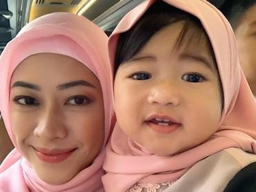 Memasuki usia 1 tahun lebih, anak ketiga Edie Baskoro Yudhoyono dan Aliya Rajasa, Gayatri Idalia Yudhoyono yang akrab disapa Baby Gaia, makin lucu lho. (Foto: Instagram/ @ruby_26)
