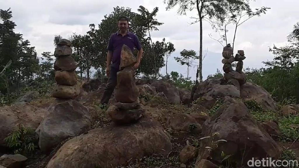 Seniman Rock Balancing Yakini Batu Bersusun di Garut Buatan