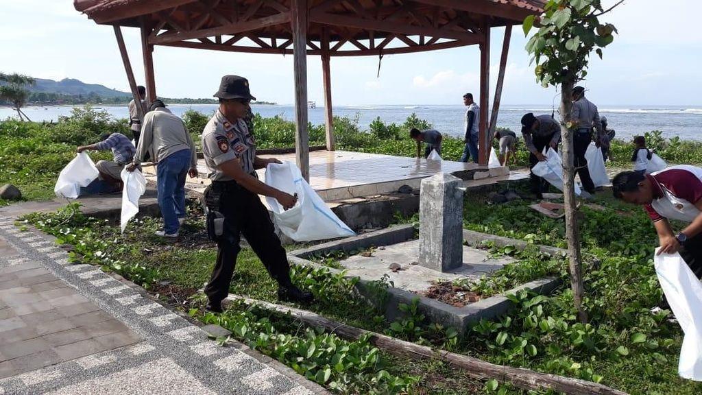 Warga Dompu Gotong Royong Bersihkan Pantai Lakey