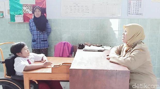Cerianya Dinda, Bocah Magetan yang 7 Tahun 'Ngesot' Akhirnya Bisa Sekolah
