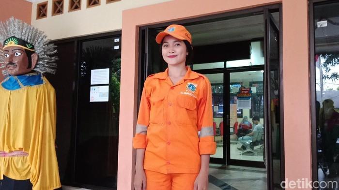 Foto: Sellha, anggota pasukan oranye (Eva Safitri/detikcom)