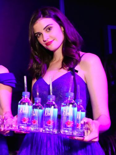 pramusaji air minum Fiji yang viral di Golden Globe Awards 2019 akan muncul di layar kaca sebagai aktris.