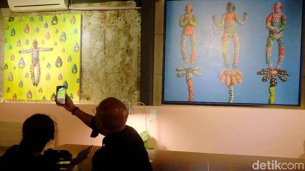 Main-main dengan Lukisan Mata Kancing di Kedai Kopi
