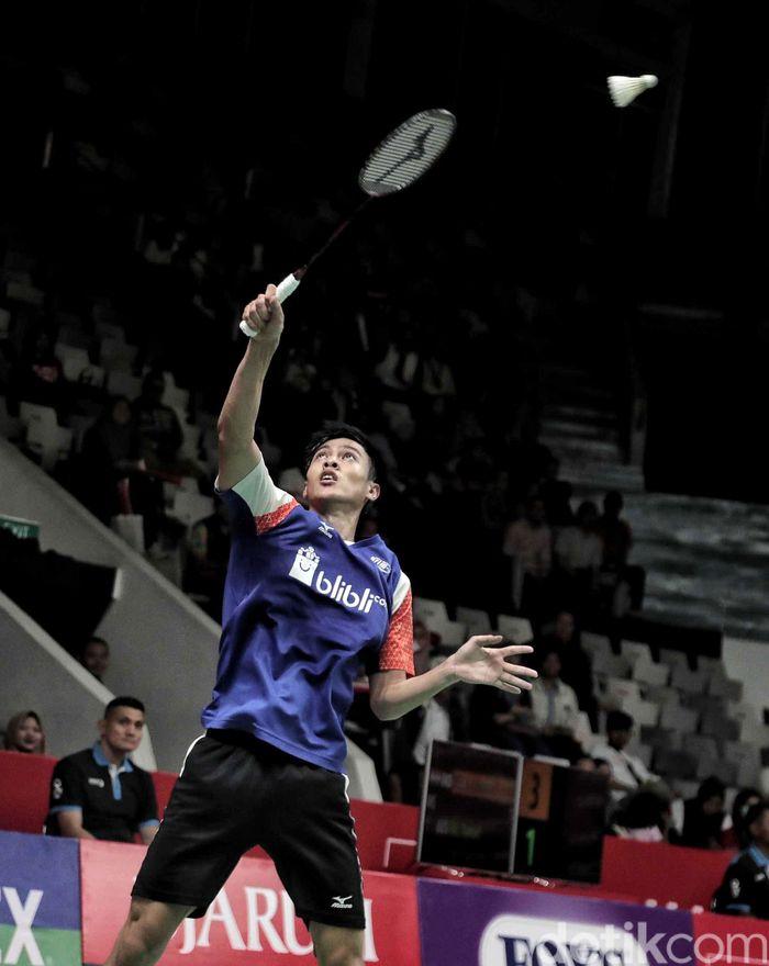Shesar Hiren Rhustavito melakukan smash untuk mengalahkanpebulutangkis Malaysia, Iskandar Zulkarnain.