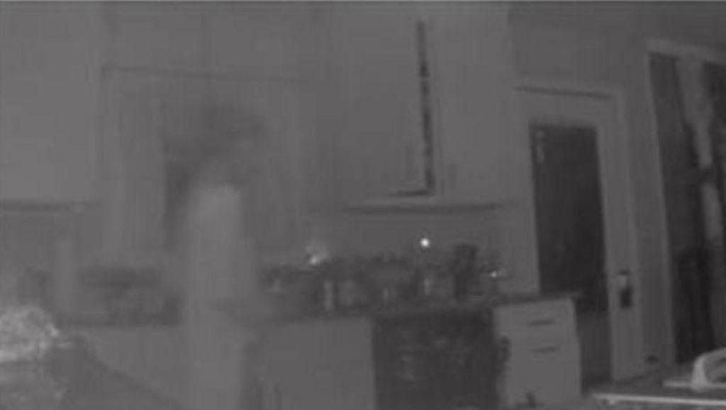Lewat CCTV Dapur, Ibu Ini Lihat Sosok Penampakkan Anaknya yang Sudah Meninggal