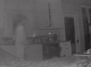 Lewat CCTV Dapur, Ibu Ini Lihat Anaknya yang Sudah Meninggal