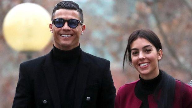Cristiano Ronaldo bersama kekasih, Georgina Rodriguez, usai menghadiri pengadilan penggelapan pajak di Madrid. (