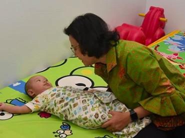 Senyum tulus tepancar saat Sri Mulyani bercengkerama dengan anak-anak. (Foto: Instagram/ @smindrawati)