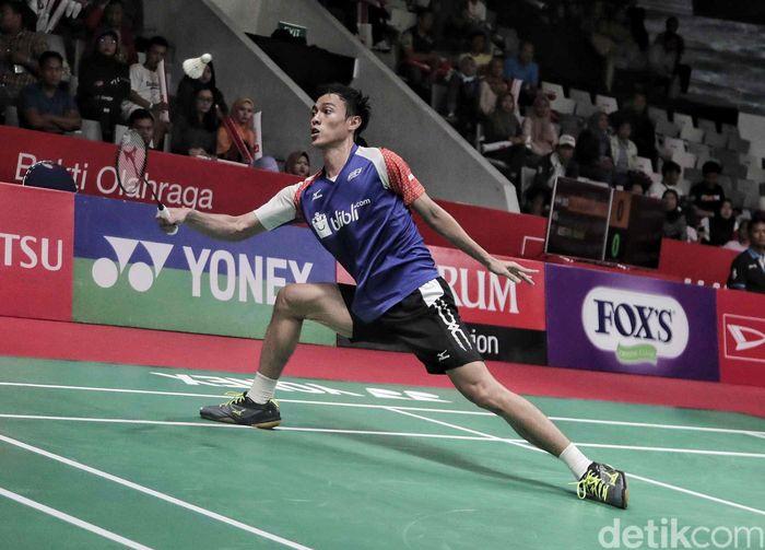 Shesar Hiren Rhustavito berhsil mengalahkan Iskandar Zulkarnain dengan skor 21-17, 21-15.