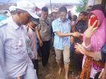 Sandiaga Nyeker Lintasi Jalan Becek Saat Temui Petani di Bekasi