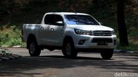 Toyota sengaja membuat struktur bodi Hilux menjadi lebih kokoh agar mobil mampu menahan beban berat dan mampu melewati berbagai medan berat.
