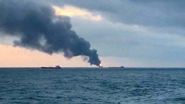 Situasi di lokasi saat dua kapal tanker berbendera Tanzania terbakar di perairan dekat Crimea