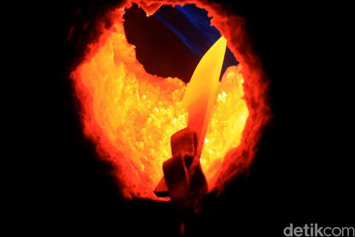 Penampakan salah satu proses pembuatan pisau seni yang disebut proses nyipuh atau pembakaran.