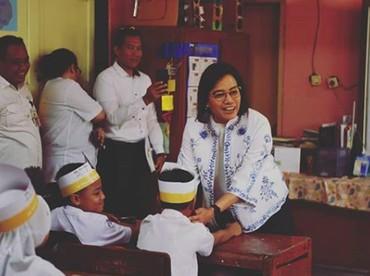 Hati senang banget nggak sih, Bun, melihat kedekatan Sri Mulyani dengan anak-anak seperti ini? (Foto: Instagram/ @smindrawati)
